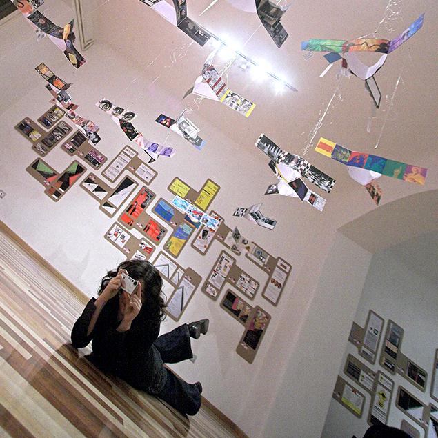 Letizia Bollini: allestimento della mostra Perrcorsi Visivi presso la sede AIAP nel 2006