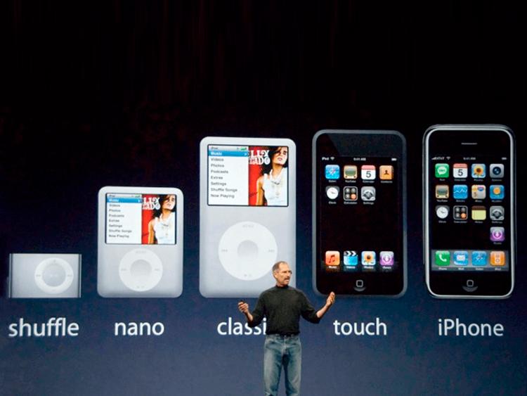 Steve Jobs e alcuni dei modelli di iPod
